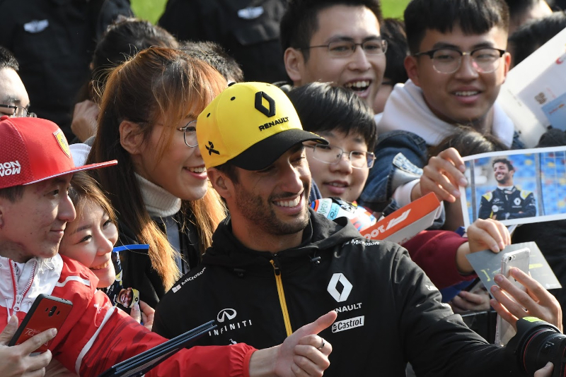 Ricciardo not ready to sign new Renault deal